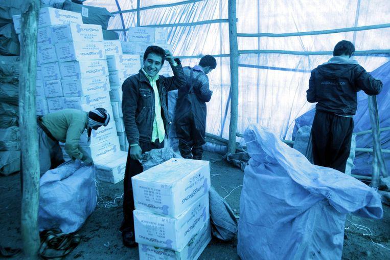 Smokkelaars bij de grens nabij Sulaimaniya (260 kilometer ten noordoosten van Bagdad) transporteren alcohol naar buurland Iran. Beeld reuters