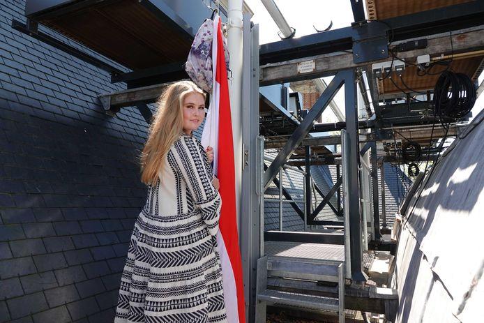 Prinses Amalia hangt de vlag uit bij Paleis Huis ten Bosch.