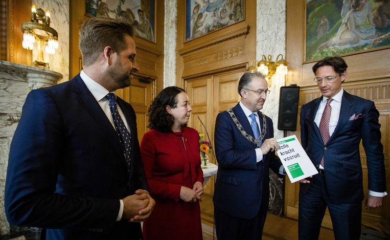 (Vlnr:) Hugo de Jonge (CDA), Salima Belhaj (D66), burgemeester Ahmed Aboutaleb en Joost Eerdmans van Leefbaar Rotterdam tijdens de overhandiging van het coalitieakkoord in het stadhuis. Beeld ANP