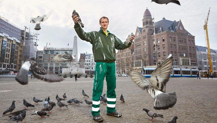 Met de slogan wist de dierenambulance 22.000 euro in te zamelen. Daarvan zijn nieuwe uniformen aangeschaft. Beeld Julia Gunther
