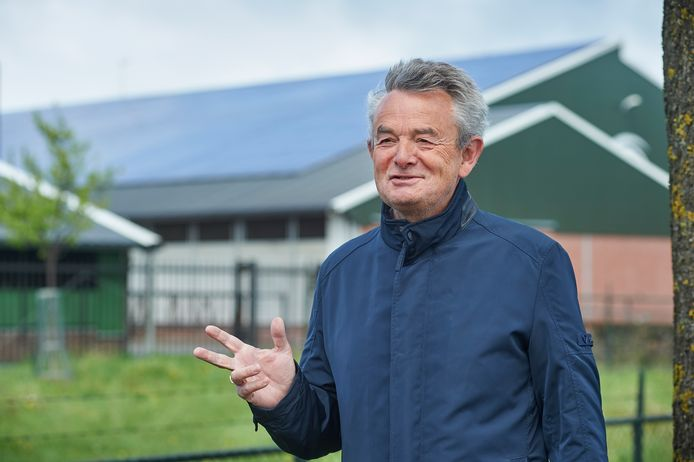 Wethouder Rien Wijdeven, bij een stal vol zonnepanelen in Heesch.