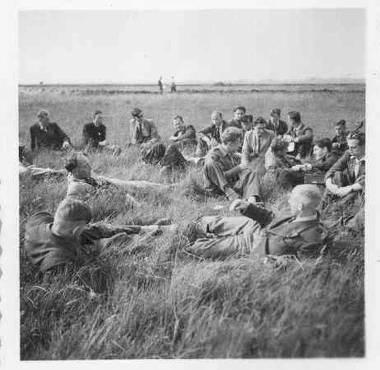 Een botanische graslandexcursie in het Binnenveld van Wageningen, nabij de Ossekampen in juni 1946. Beeld WUR