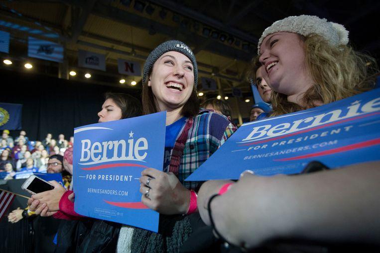 Jonge aanhangers van Bernie Sanders maandag in Durham, New Hampshire. De meerderheid van de Democratische kiezers onder de 30 jaar, steunt Sanders. Beeld AP