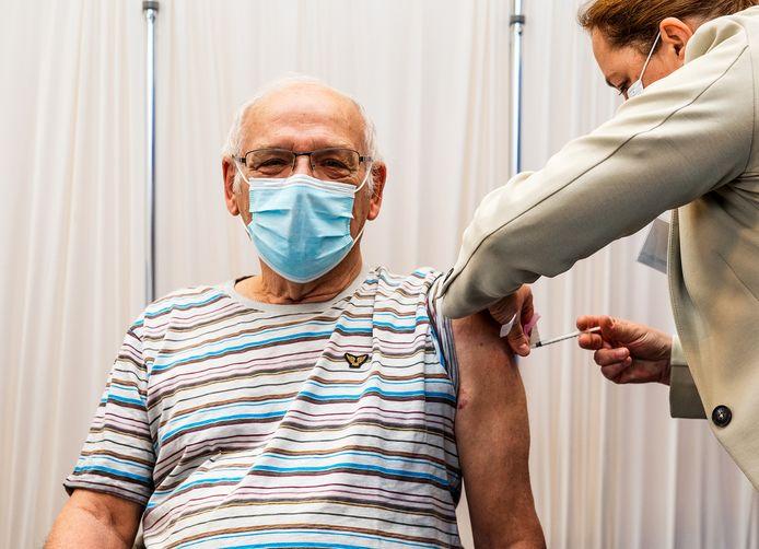Vanmorgen is de eerste corona vaccinatie gezet in de eerste priklocatie in de Hoeksche Waard. In sporthal de Bongerd in het dorp werden de eerste prikken gezet.