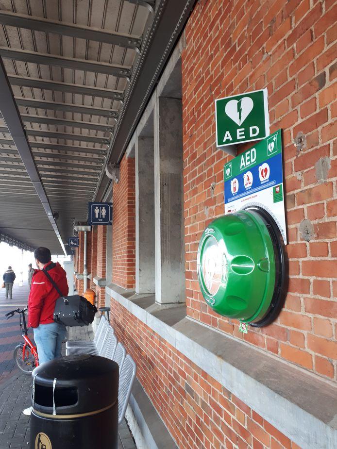 Het AED-toestel hangt zichtbaar tegen het stationsgebouw.