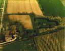 Het voormalig kasteelterrein Engelenburg (perceel rechts) in Herwijnen, met een tuinhuisje en begroeiing rondom waaronder oude hoogstamfruitbomen, in de zeventiger jaren.