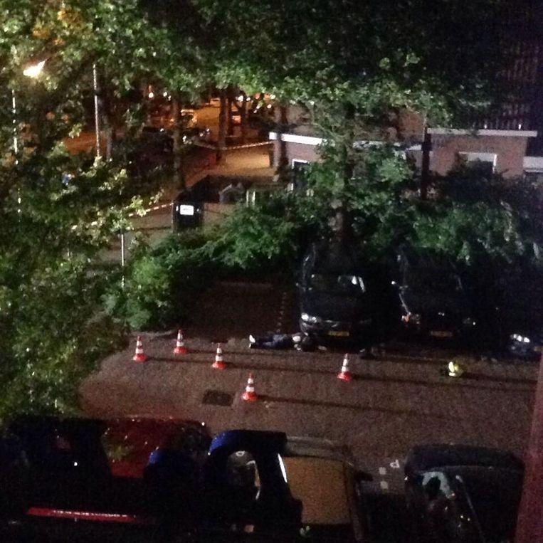 Het lichaam van Martha ligt nog op straat terwijl de politie onderzoek doet. Beeld Eigen foto