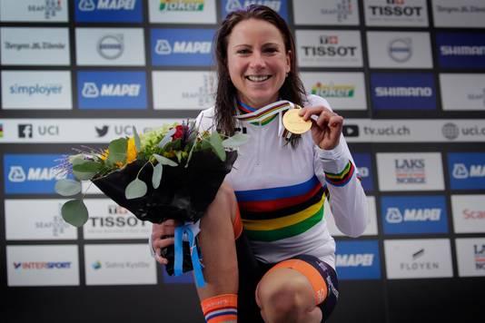 Annemiek van Vleuten met haar gouden medaille.