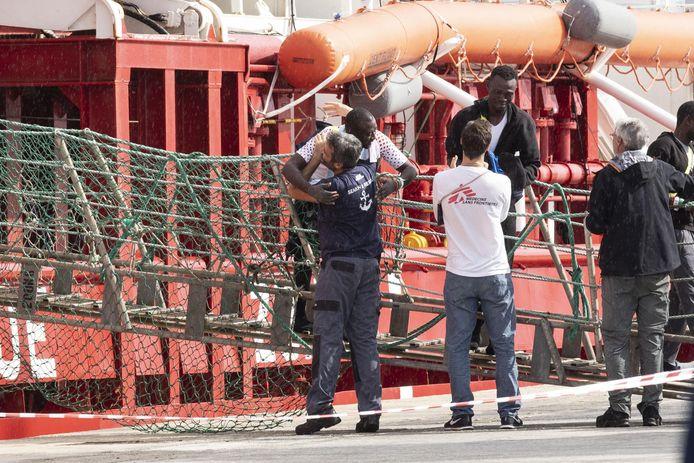 Reddingsschip Ocean Viking brengt 104 migranten aan land in Italië.