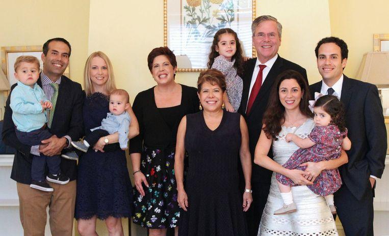 De familie Bush tijdens kerstmis. Noelle staat in het midden tussen haar schoonzus Amanda Williams en haar moeder Columba Bush. Beeld Jeb Bush