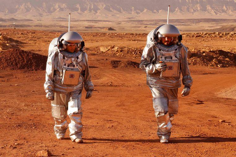 Nee, deze astronauten maken geen wandeling op Mars. Maar dat is wel waar ze voor aan het oefenen zijn. Zes astronauten uit Portugal, Spanje, Duitsland, Oostenrijk, Israël en Nederland doen mee aan een oefening in de Israëlische Negev-woestijn, bedoeld als voorbereiding op toekomstige missies naar de rode planeet.  Beeld AFP