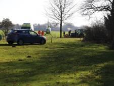 Man komt terecht onder tractor in Uden, traumahelikopter landt ter plaatse