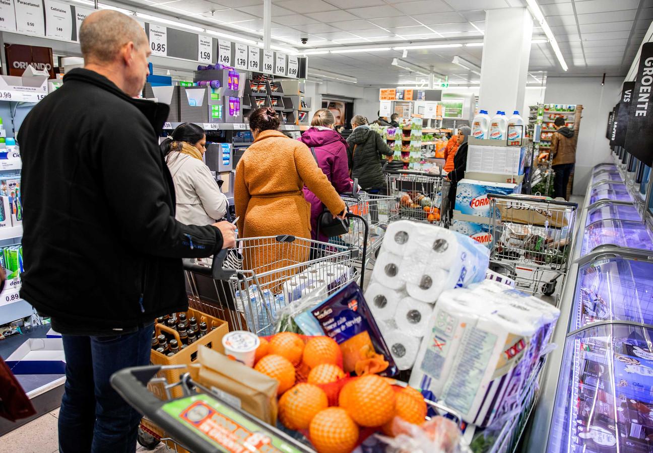 Klanten slaan grote voorraden in bij een supermarkt in Dordrecht tijdens de coronacrisis.