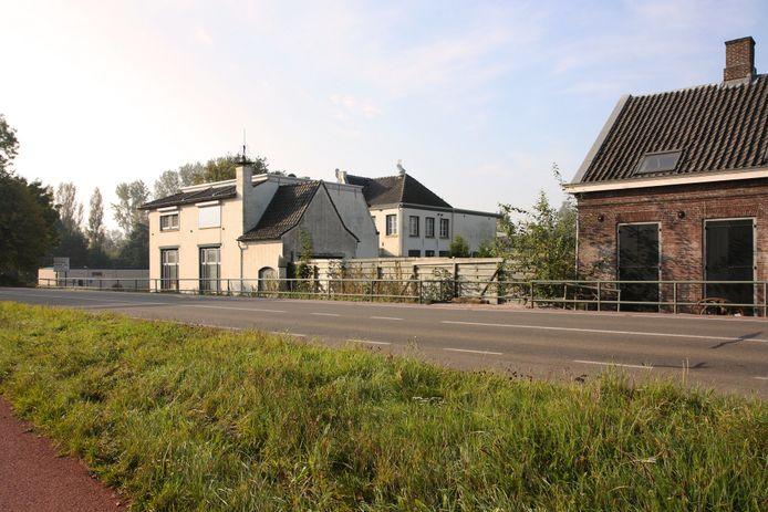 In het pand Eindhovenseweg 12 was als laatste het bedrijf Joris Meubelen gevestigd. Het is gebouwd als stoomwasserij. Het oudste deel van het complex stamt uit 1880.