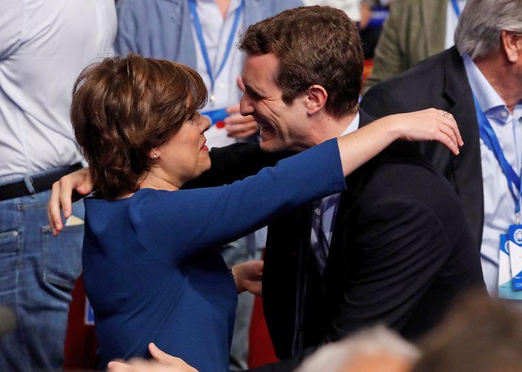 Kandidaten Pablo Casado (R) en Soraya Sáenz de Santamaría (L) begroeten elkaar in Madrid. Beeld EPA