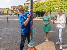 Kunstenaars geven grijze lantaarnpalen in dorpshart van Dalfsen kleur: 'Nog plek voor mysterieuze dildoplakker'