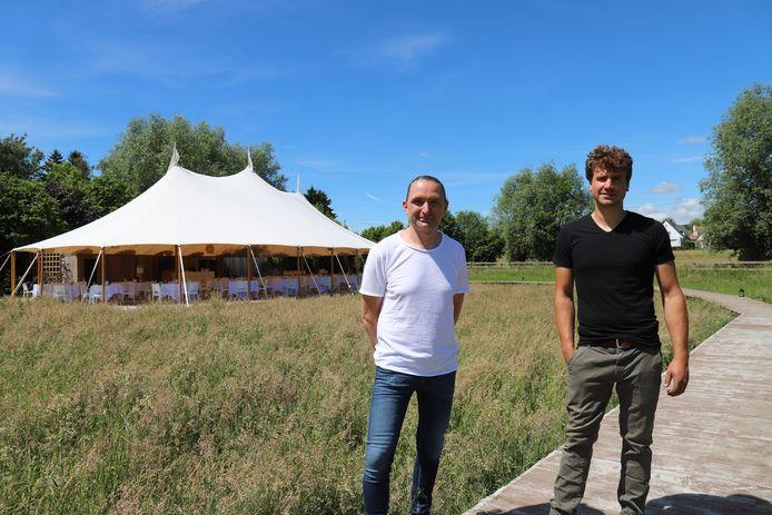 Vincent Buyle van Delicious Deep (links) en Dennis D'hoe, uitbater van feestzaal Kattebroek (rechts).