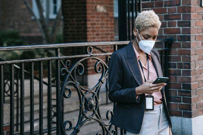 De gezichtsherkenning van je smartphone ontsluiten: niet evident met een mondmasker op.