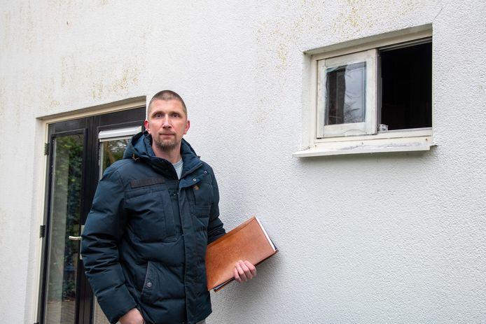 Preventie-adviseur Jerry Verhaal bij het wc-raampje waardoor de inbreker naar binnen en - achternagezeten door de boze bewoner - ook weer naar buiten wist te komen. ,,Hier kun je een barrièrestang in het kozijn zetten.''
