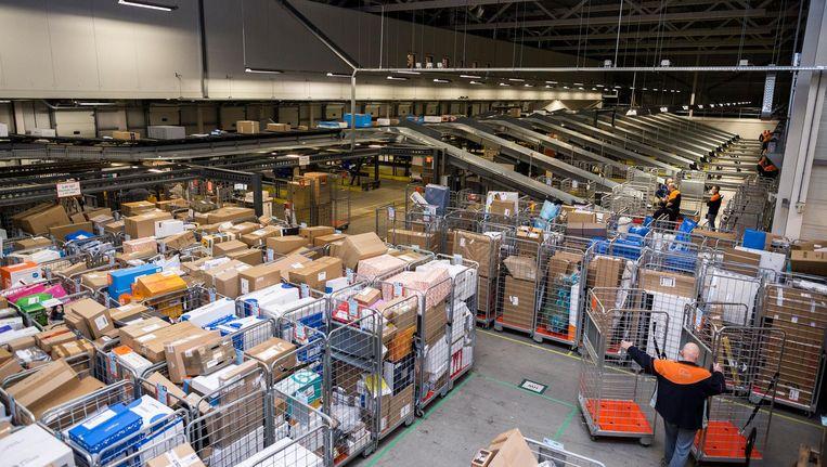 Het sorteercentrum van PostNL bij Halfweg. Beeld Rink Hof