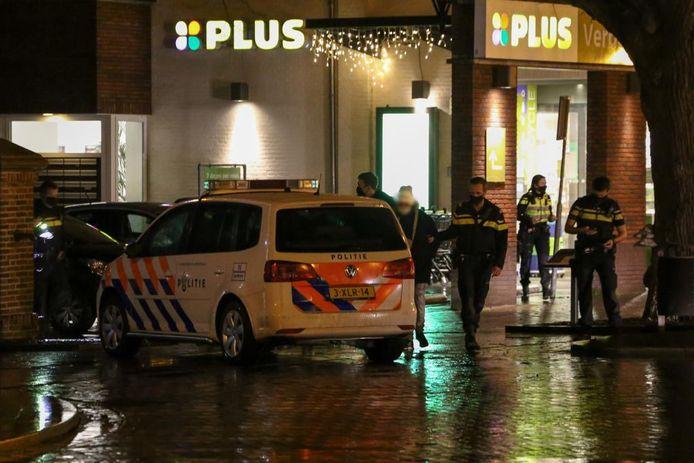 Politieagenten nemen de verdachten mee naar het bureau.