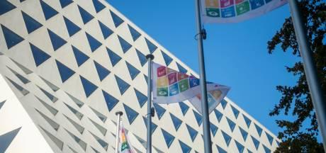 SDG-vlag aan Provinciehuis herinnert aan doelstelling van VN om mens van armoede te bevrijden