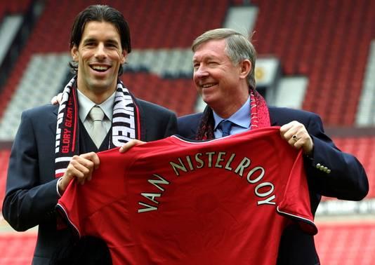 Ruud van Nistelrooy met Sir Alex Ferguson bij zijn presentatie op Old Trafford op 27 april 2001.