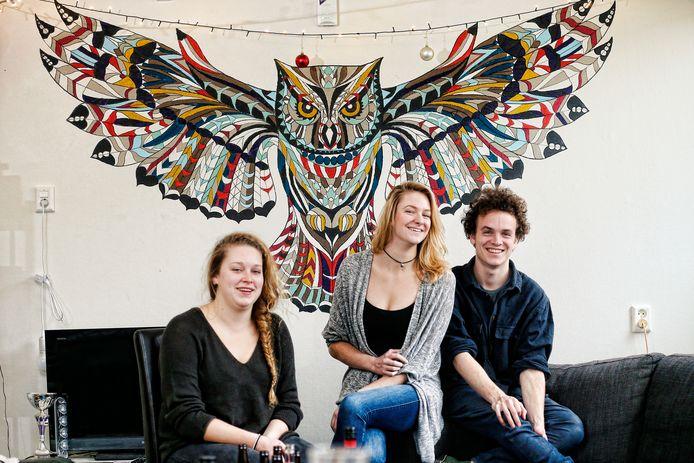 Nummer 147 met hun uil: Margriet van Ojen , Minke Brinkman en  Ivo Keulen (vlnr)