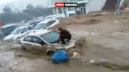 Tientallen auto's weggespoeld in Turkije door plotse overstromingen