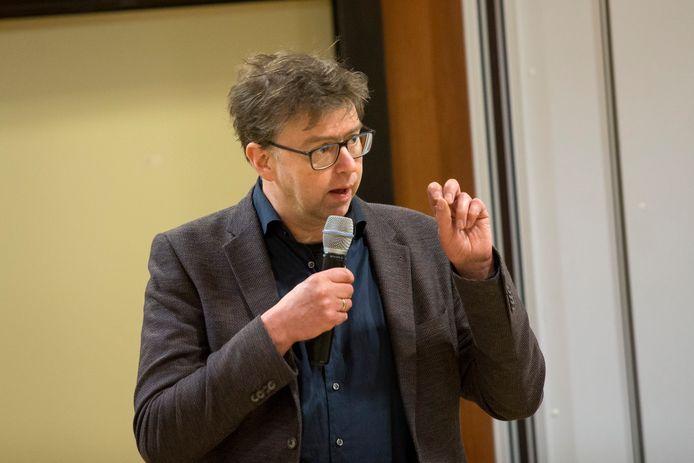 Wethouder Henk van Zeijts tijdens een informatiebijeenkomst over een ander onderwerp in Eefde.