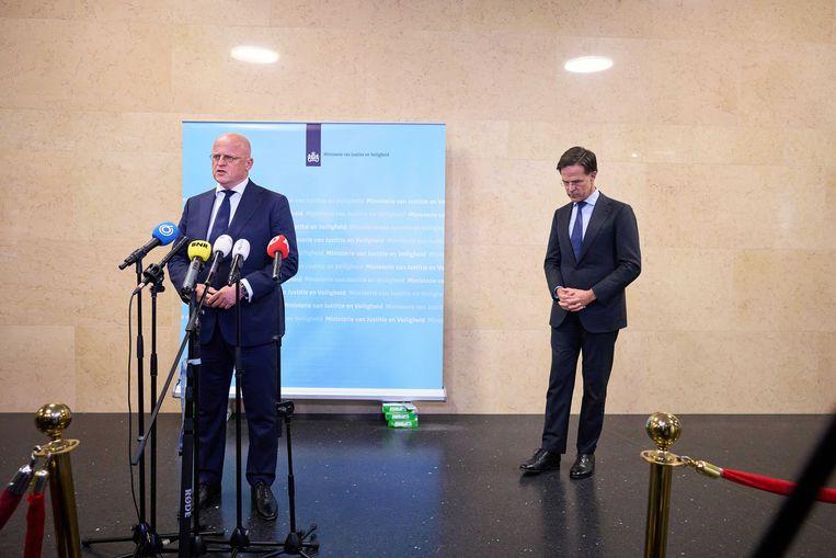Demissionair premier Mark Rutte en demissionair minister Ferd Grapperhaus van Justitie en Veiligheid staan de pers te woord. Beeld ANP