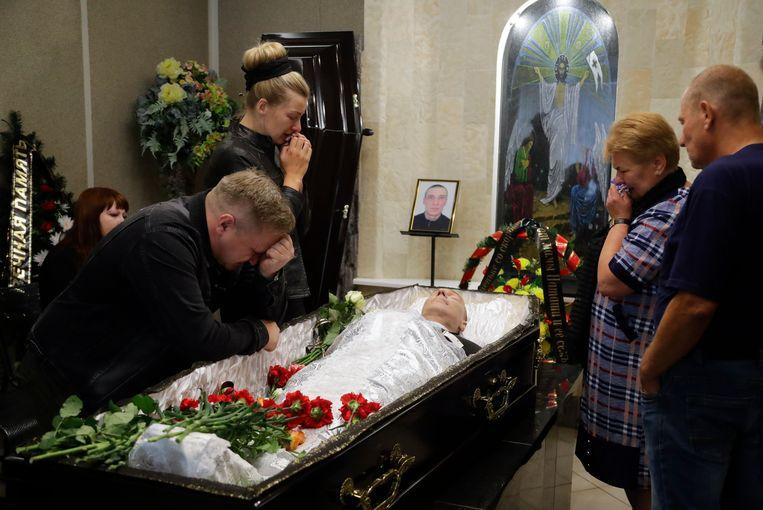 Alexander Taraikovsky wordt begraven. Hij is overleden tijdens de protesten tegen de verkiezingsuitslagen.  Beeld AP
