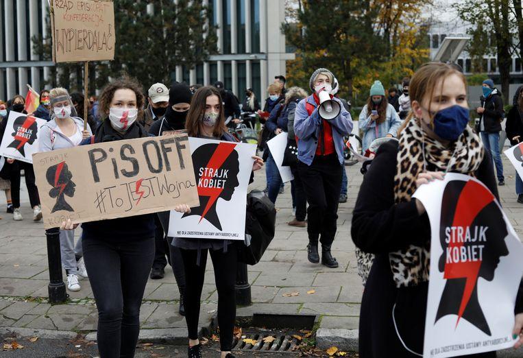 Pro-abortus demonstranten voor het parlement in Warschau. Beeld REUTERS