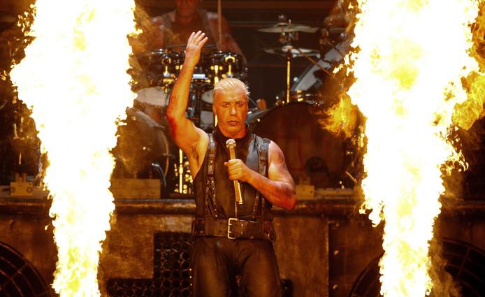 Zanger Till Lindemann van Rammstein bij een optreden op Wacken Open Air. Wellicht komt de band zondag naar Apeldoorn.