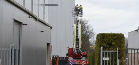 Monteurs in Almelo vast op 16 meter hoogte: brandweer schiet te hulp