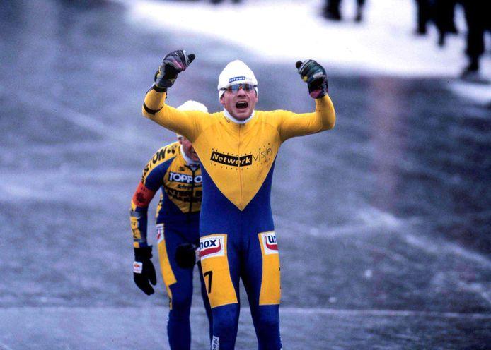 Spruitjeskweker Henk Angenent wint de Elfstedentocht van 1997. Nipt voor Erik Hulzebosch.