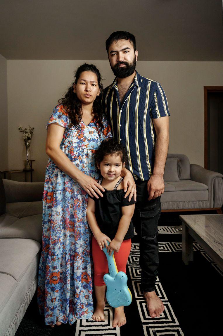 De Afghaanse Nadra Ahmadi met echtgenoot en dochtertje. 'Ik denk dat geen enkele Afghaan echt opnieuw taliban wou, want niemand wil dat opnieuw meemaken.' Beeld Eric de Mildt