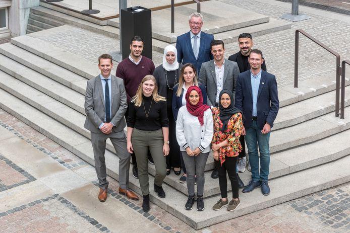De acht trainees met hun projectbegeleider Lisa Glasbergen (links vooraan), provinciedirecteur Pieter Hilhorst (links) en gedeputeerde Jan Markink (achter). Moutaz en Rana zijn de man en vrouw (zonder hoofddoek), die voor Markink staan.