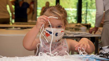 Te schattig: Fem (3) steekt handjes uit de mouwen om mondmaskers te maken