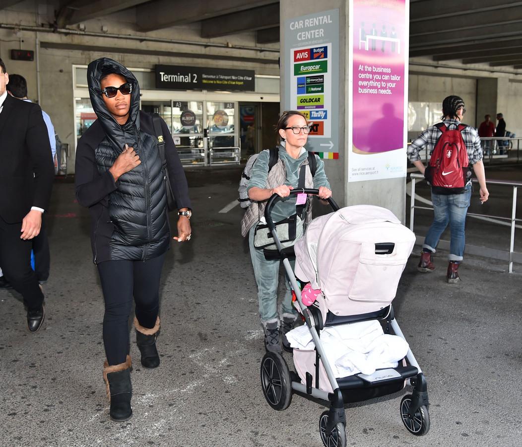 Serena op de luchthaven van Nice op 27 april, samen met de nanny en dochter Alexis Olympia.