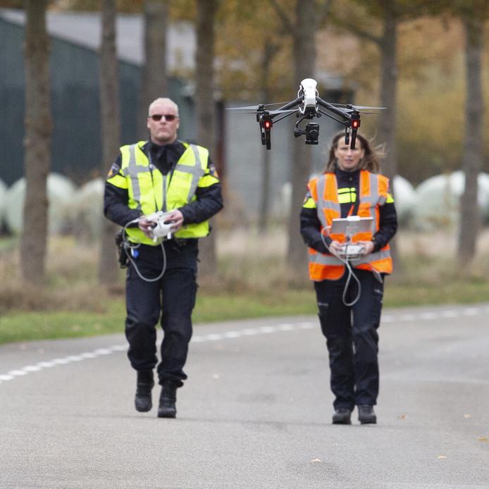 De politie heeft maandagmorgen op de Vosseboerweg in Den Ham onderzoek gedaan met een drone. Aanleiding voor het onderzoek is het dodelijk ongeval van donderdagavond waarbij Paul Dronkert werd geschept door een auto.