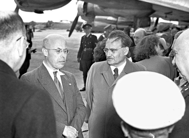 Oud-premier Willem Drees (R) op Schiphol in 1949. Beeld Hollandse Hoogte /  ANP