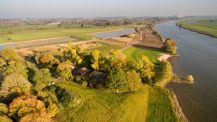 De woning van Groten aan de IJssel, met boven de nieuwe wijk en links de waterbuffer. De brug die daar overheen zou komen, gaat waarschijnlijk niet door.