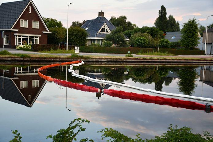 Het waterschap probeert met olieschermen de lozing in kanaal Almelo de Haandrik op te ruimen.