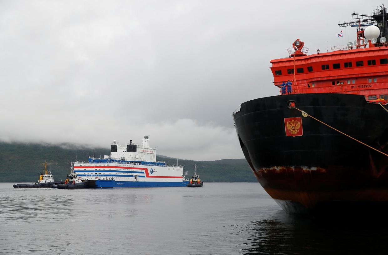 De drijvende kerncentrale Akademik Lomonosov vertrekt uit de haven van Moermansk op weg naar Tsjoekotka, waar de centrale de stroomvoorziening gaat overnemen van de kerncentrale aan land. Beeld REUTERS