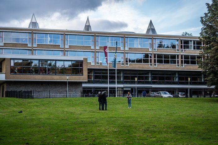 Op het grasveld voor het Thomas à Kempiscollege in Arnhem raakten donderdag drie mensen gewond bij een steekpartij.