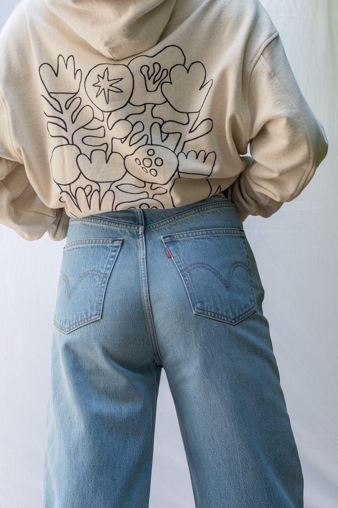 Avec un t-shirt ample ou cintré ou un pull. Le tout rentré à l'intérieur du jean.