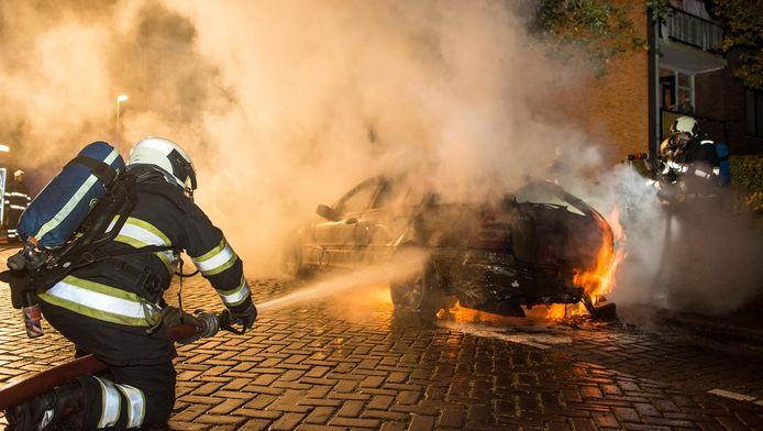 De brandweer blust een autobrand aan de Berlagestraat in Utrecht