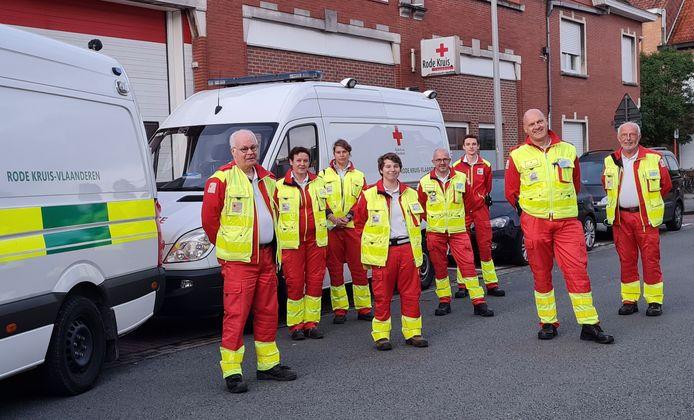 De acht vrijwilligers van het Rode Kruis, afdeling Kortrijk, vlak voor hun vertrek zaterdagmorgen naar het rampgebied.