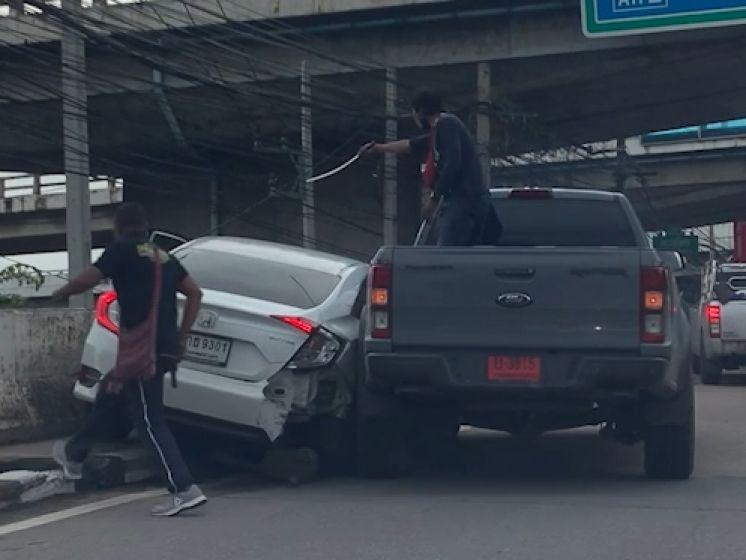 Man haalt samuraizwaard boven tijdens ruzie in verkeer